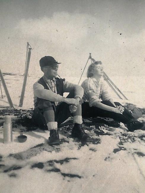 Gamledager, bestefar og mor ved Blakksjøen på 50-tallet.