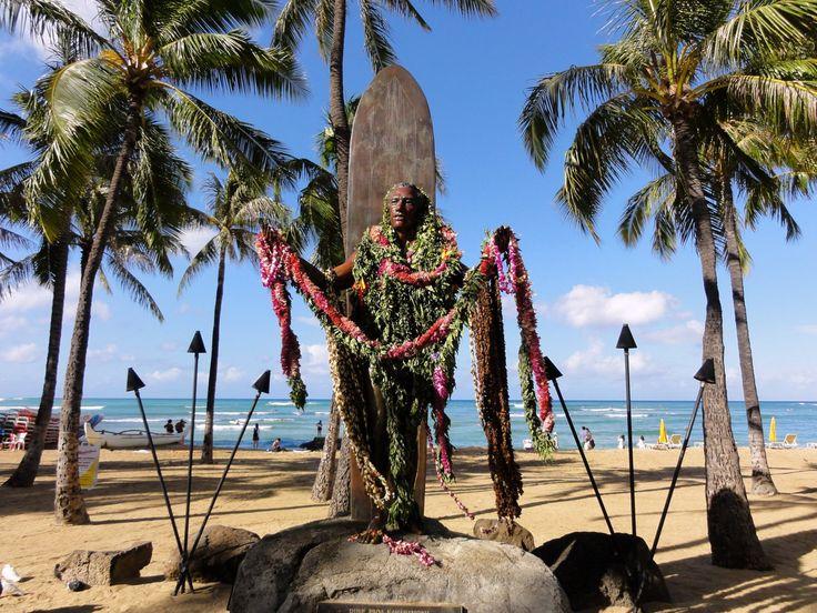 ハワイ旅行で1番人気の観光地と言えばオアフ島。一生に一度の新婚旅行、友人たちとの卒業旅行、頑張っている自分へのご褒美旅行、おじいちゃんおばあちゃんに孫との思い出を... きっと誰もが特別な思いを胸に抱いていることでしょう。 >>日差しの強いハワイに絶体に持って行くべき日焼け止めはコレ<<  初めてのハワイ旅行者も熟練ハワイ旅行者も、おもいっきりハワイ旅行を満喫するのにおすすめの観光地、グルメ、ホテル、ショッピングまでを20回ハワイ旅行に行っている私が網羅してみました。オアフ島に旅行の際はこの86選の中から観光スポットを選んでもらえると間違い旅行となるでしょう。  オアフ島の観光 1 ダイヤモンド ヘッド(Diamond head) 写真提供:ハワイ州観光局 ハワイのシンボル的存在 ダイヤモンドヘッド。 自らの足で登ったからこそ、出会える息を飲むハワイの景色がそこに広がっています。 住所: Diamond Head Road at 18th Ave., Waikiki, Honolulu, Oahu, HI 96815 メールアドレス: dlnr@h...