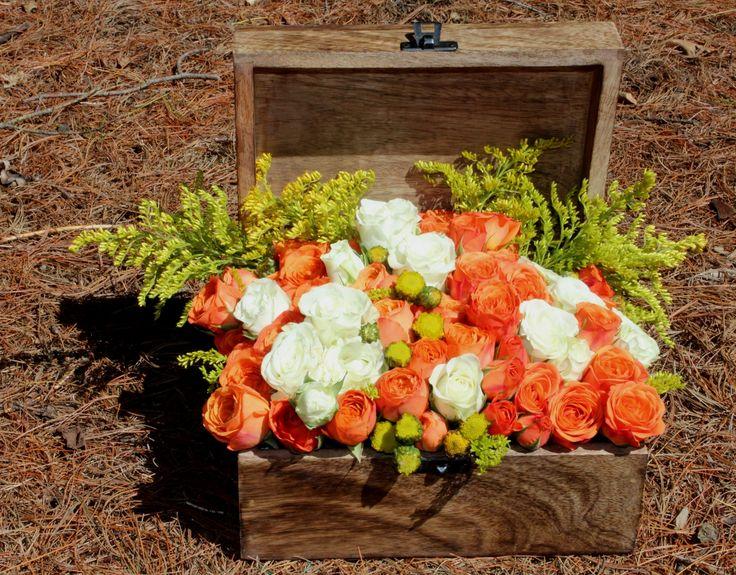 Spray roses in carved wood box. Minirosas en caja tallada de madera.