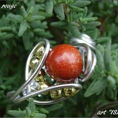 Bague perle ronde semi- précieuse jaspe rouge fil aluminium argenté et perles doré
