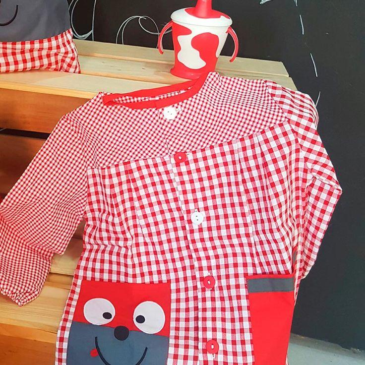 Babi/Bata escolar personalizada con el nombre del niño Manga larga, botones, variedad de tallas. Ideal para niños en Guarderías y Colegios. Color Rojo. Modelo Perro. Diseño original y diferente. Infórmate en la web  Disponible pack completo con bolsa y toalla a juego