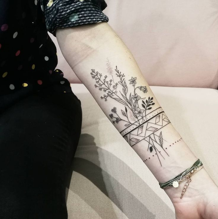 "Miss Lee Za (@melleleeza) on Instagram: ""The bohemian …… #Bracelet #floraltattoo #flowertattoo #field #flower #dot #dorwork # line …"""