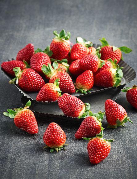 En tarte ou en salade, nos bonnes fraises se dégustent à tout moment. #Intermarché #Fruits #ProducteurCommerçant