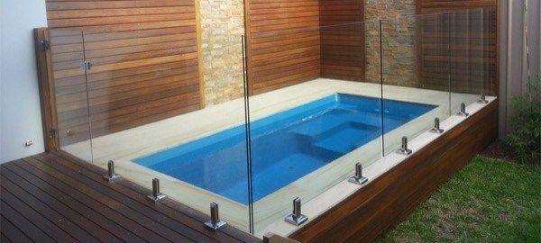 32 lindos modelos de piscinas pequenas para casas e for Modelos de piscinas para casas