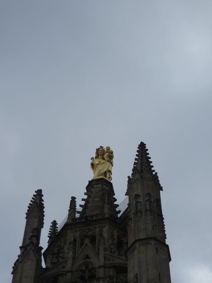 la virgen de Oro en la cima de la iglesia de Burdeos.