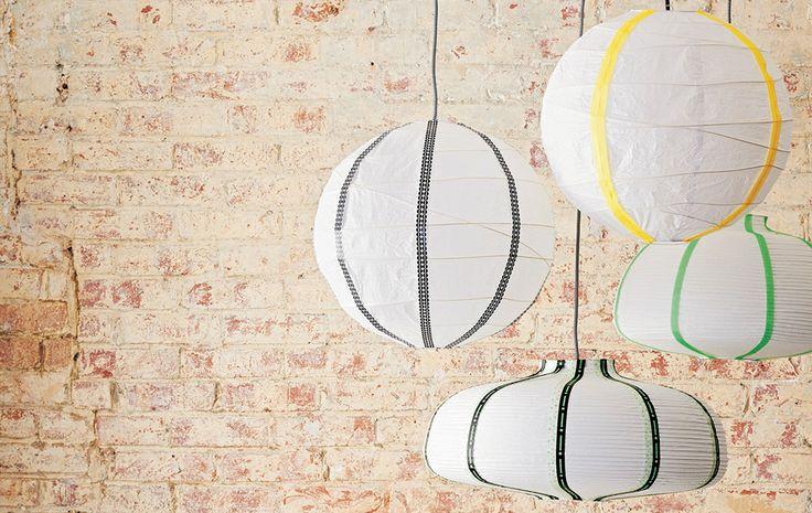 lampes v te d cor es suspendues au dessus d 39 une table et. Black Bedroom Furniture Sets. Home Design Ideas