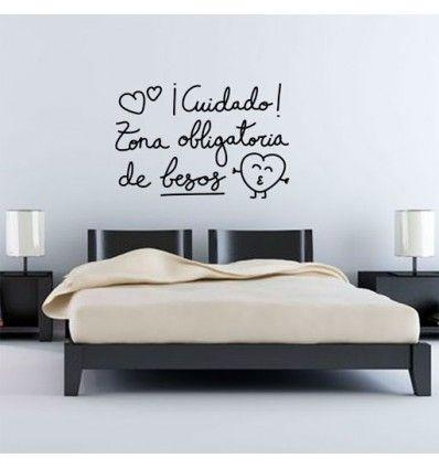 Vinilo decorativo barato y romántico con la frase ¡Cuidado! Zona obligatoria de besos. Ideal como regalo original para parejas y para cabecero de cama.