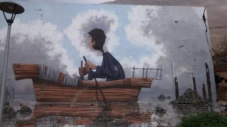 El pescador y su bote. El principal trabajo de este poblado básicamente se basaba en la pesca, en está foto se aprecia la soledad que tenían los habitantes, al ser un poblado lejos de las ciudades, era bastante desolador ir de pesca solitariamente.