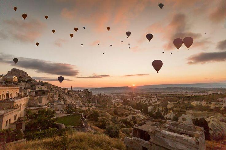 Kapadokya'nın balonları yarım milyon turist uçurdu.  Dünyanın en önemli sıcak hava balonu merkezlerinden yılda yaklaşık 2,5 milyon yerli ve yabancı turistin ziyaret ettiği Kapadokya'da ortalama her 3 turistten 1'i sıcak hava balonuna biniyor.   Fotoğraf: M.Burak Kınacılar