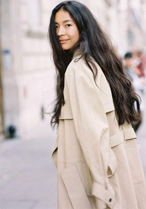 Cheveux ultra longs + trench unisexe = le bon mix (photo Vanessa Jackman)