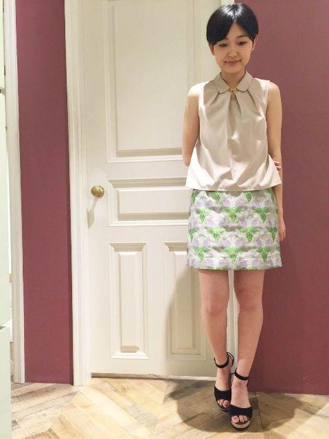 秋も注目の刺繍ITEMコーデ★  定番の台形スカートはノースリシャツで新鮮なコーディネートに♪同系色を合わせて大人っぽく。