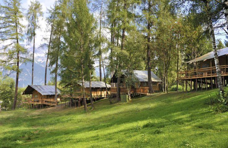 Camping Ferienparadies Natterer See is een unieke glamping accommodatie gelegen in Oostenrijk! Verblijven kan hier in luxe Safari Lodges met een waanzinnig uitzicht!