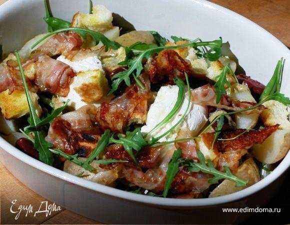 Салат с картофелем, беконом, фасолью и яйцами пашот. Здесь главное — не переварить фасоль! Яйцо удобнее предварительно разбить в небольшую чашку и уже из чашки отправить в кипящую воду. Если картофель молодой, чистить его не нужно. #готовимдома #едимдома #кулинария #домашняяеда #салат #картофель #бекон #фасоль #яйца #пашот #юлиявысоцкая #вкусно #обед #аппетитно