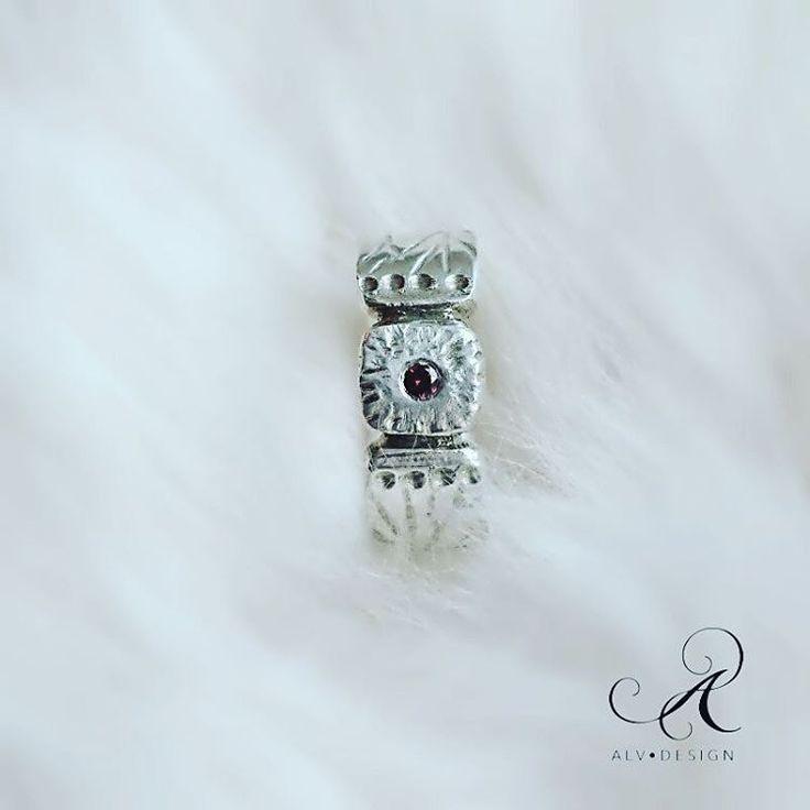 CHERRY är rustik och vacker med blodröd diamant 0,05 ct. En handgjord unik silverring,  med sirliga linjer och inspiration från förr. Design och arbete: Konstnär och silverdesigner  Anneli Lindström, Alv Design. Se mer i vår webbutik www.alvdesign.se