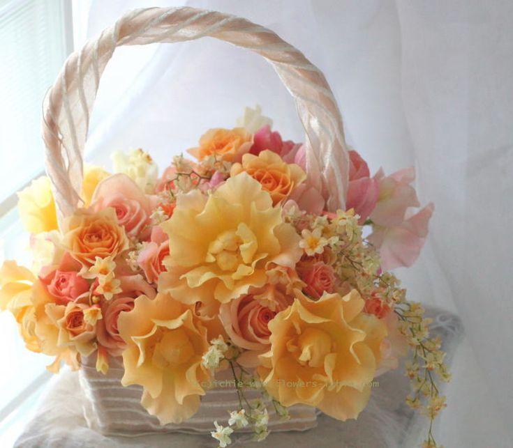 本日お届けしたブーケ。バッグ型で、ちょっと置くこともできるスタイルです。ひらひらしたバラは「ソフィア」、相変わらず好きなバラのひとつです。このブーケを作る...