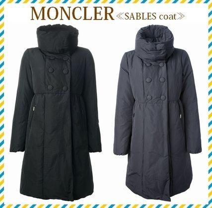 2014秋冬 新作★セレブ愛用☆MONCLER☆SABLES☆ダウンコート 2色 カジュアルやスポーティなデザインの多いダウンジャケットですが、 ロング丈で女性らしいデザインがポイントです。 しっかり防寒できて可愛い、おすすめのコートです。