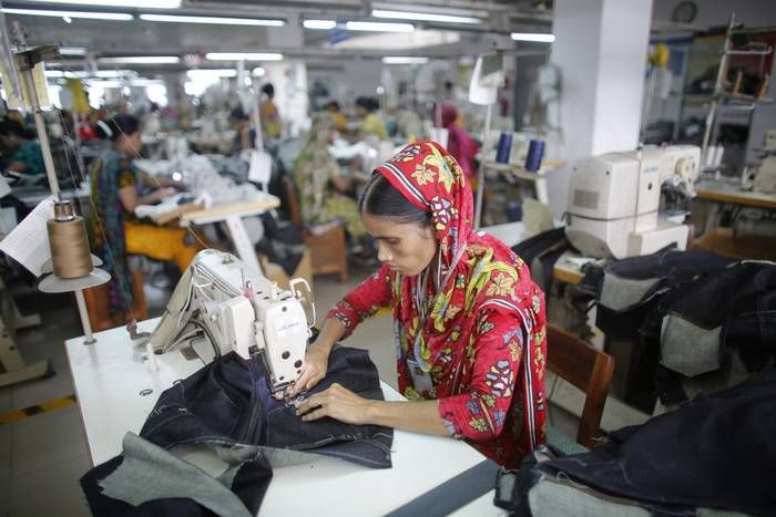 Voor fashionista's met een kleine portemonnee zijn winkels als H&M, Primark, Mango en Zara vaste prik tijdens het shoppen. Maar aan hippe, goedkope kleding hangt vaak een heel ander prijskaartje. Uit een recent verschenen rapport van Stichting Onderzoek Multinationale Ondernemingen (SOMO) blijkt dat onder andere H&M, Primark en C&Aindirect zaken doen met textielspinnerijen in India die jonge werkneemsters uitbuiten.Welke kleding kunt u dan wel met een gerust hart kopen?De organisatie Rank…
