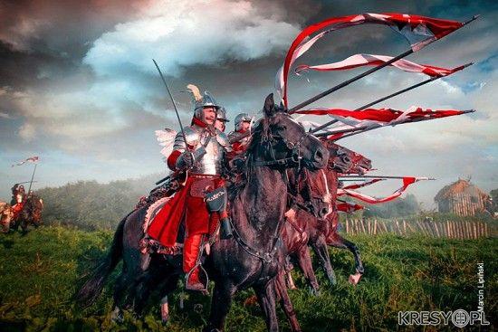 27 czerwca 1581 roku, niespełna 200 husarzy z roty Marcina Kazanowskiego, przez 7 godzin broniło Mohylewa przed 30-tysięcznym wojskiem rosyjskim. Broniło nie na murach, ale walcząc w otwartym polu! Gdy z pomocą przybyło im około 300 kawalerzystów lekkiej jazdy, przegoniono nieprzyjaciela spod tego miasta.