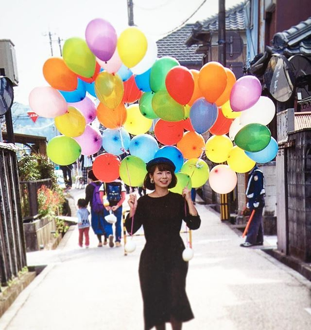 #wedding #balloons #balloonrelease #balloonart #colorful #しあわせ和婚 #一身田 #昭和 #バルーン #バルーンリリース #カラフル #風船 #歩く  先週一身田で行われた〝しあわせ和婚〟でバルーンリリース作らせていただきました🎈  駐車場から控室までバルーンを運ぶ私を、たまたま大きなカメラを持ったおじさまが撮って下さいました。 先日メッセージ付きで写真が届き、嬉しかったので記念に(^ ^)📷✉️ 明日はロックタウンで行われる『#カラフルParty 』に午前の2時間(10:00〜12:00)のみ参加しますので、よろしければお越しくださいませ! 楽しみです♡