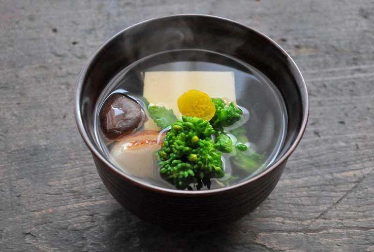 いちばん丁寧な和食レシピサイト、白ごはん.comの「お吸い物の作り方の基本」をお伝えするレシピページです。お吸い物の味付けから、だしの取り方、盛り付け方まで、丁寧に写真付きで作り方を紹介しています。今回は菜の花と豆腐、椎茸とかまぼこのお吸い物ですが、菜の花がなければ三つ葉などに変えて作ってください。