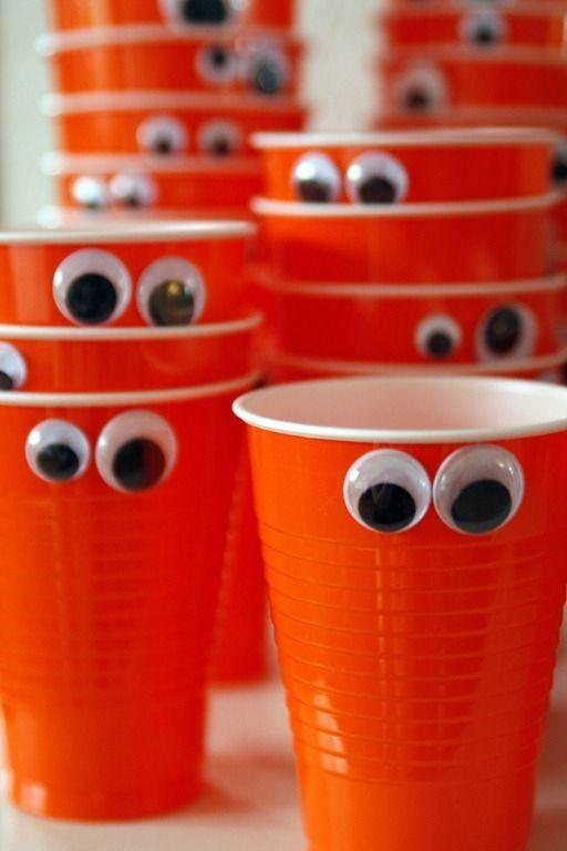 Ideas originales para una celebración infantil. Vasos decorados con ojos. #party #fiesta #diy
