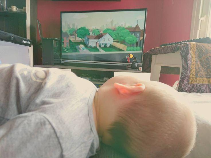 Maneras de mirar la televisión  embobado se queda mirándola.  #bebé #baby #babiesofinstagram #TV #television #cartoons #dibujosanimados #mybebe #mylove #maternidad #maternity