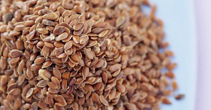 """Cómo preparar las semillas de lino dorado molidas para comer. El Linum usitatissimum, """"semilla de lino"""", viene en colores amarillo dorado y marrón rojizo y ambos ofrecen el mismo sabor a nuez y los mismos beneficios nutricionales y para la salud. Por ejemplo, 1 cucharada de semillas de lino molidas te ofrece 2,2 gramos de fibra, 3,3 gramos de grasa incluyendo 1800 mg de ácidos grasos Omega 3, 1,6 gramos de ..."""