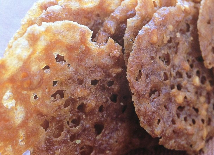 Bij kletskoppen zorgt de suiker voor een knapperige structuur. Het deeg bestaat voornamelijk uit suiker en vet, die tijdens het bakken uitsmelten tot knapperige koekjes met kleine gaatjes erin. De koekjes bestaan in feite uit een dun laagje knapperige karamel met nootjes erin.