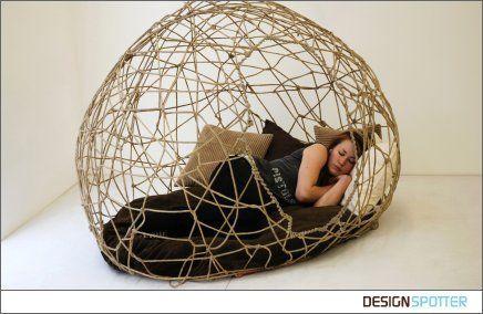 Tout droit venu de mon nouveau blog préféré (Designspotter), un lit comme un cocon, une cabane, un igloo ou une toile d'araignée (au choix). A mettre dedans ou dehors, dans le salon ou dans la chambre, c'est vous qui voyez. L'objet est en corde et en résine. La designer est anglaise et s'appelle Aimee Pegram