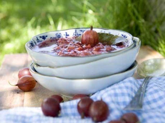 En lite kryddigare och hetare krusbärschutney som smakar ljuvligt till höstens fläskstek, grillad kyckling eller varför inte grillade fläskkotletter?
