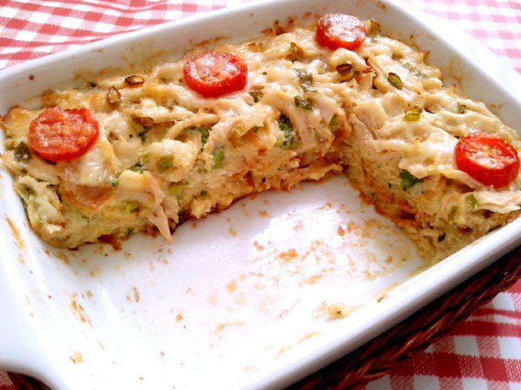 Torta salgada de pao amanhecido  2 pães amanhecidos cortados em cubos 1 ovo 3/4 xícara de creme de leite 2 1/2 colheres de sopa de queijo ralado  Ingredientes: 1 1/2 colher de sopa de ervas frescas picadas 1 filé de frango cozido e desfiado* 2 fatias finas de muçarela* 1 ou 2 tomates cereja grandes* Azeite ou manteiga para untar Sal e pimenta do reino a vontade