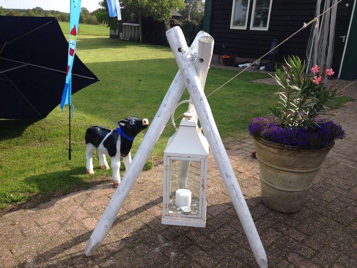 3 palen geverfd en lantaren er in hangen.....