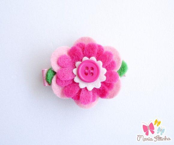 Presilha - Bico de Pato - Flor de Feltro - Cor-de-Rosa e Pink Flúor  Uma delicada flor de feltro enfeita esse acessório super charmoso, que tem como base a presilha bico de pato, encapada com fita de gorgurão. Um mimo, não?  Medidas: Flor: 4 cm de diâmetro Base Bico de Pato: L: 1,5 cm - A: 1 cm - C: 5 cm R$ 5,00