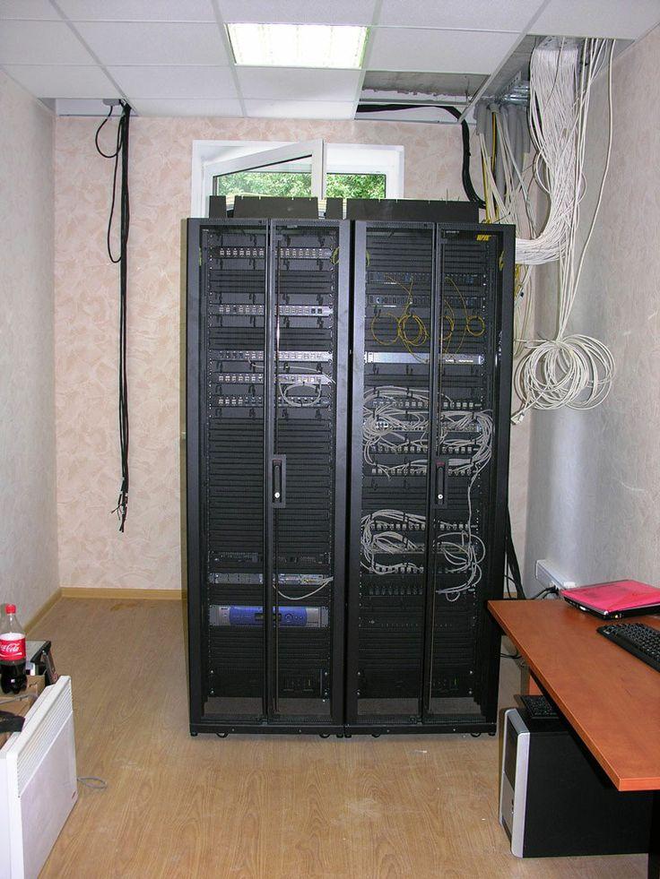 Аппаратная со шкафами сетей на предприятии