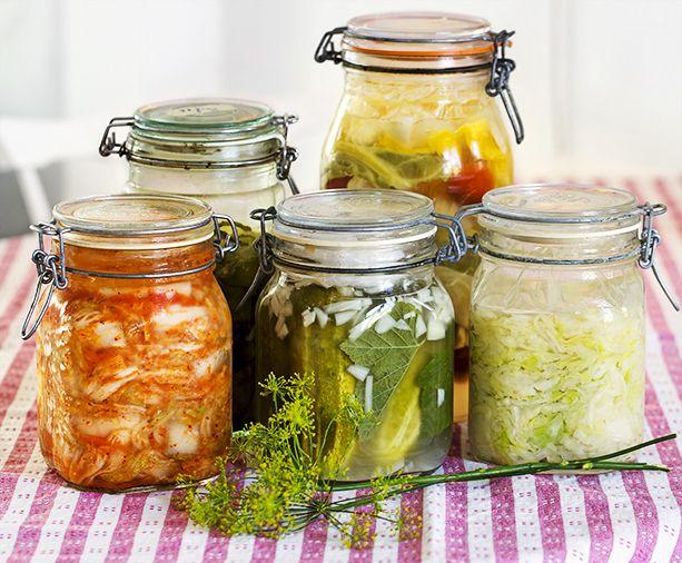 Nu mitt i skördetiden finns massor av billiga grönsaker att köpa. Ett bra sätt att spara dem över vintern är att mjölksyra dem. Resultatet blir både gott och fantastiskt nyttigt. Här får du...