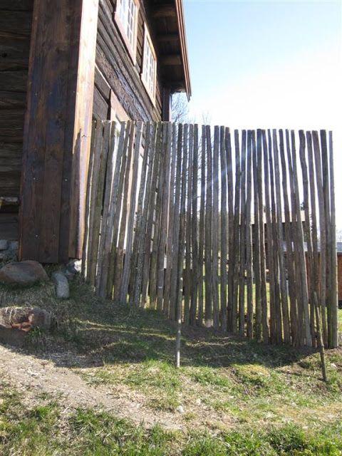 ELDHUSET: Skjermvegg av gamle staur