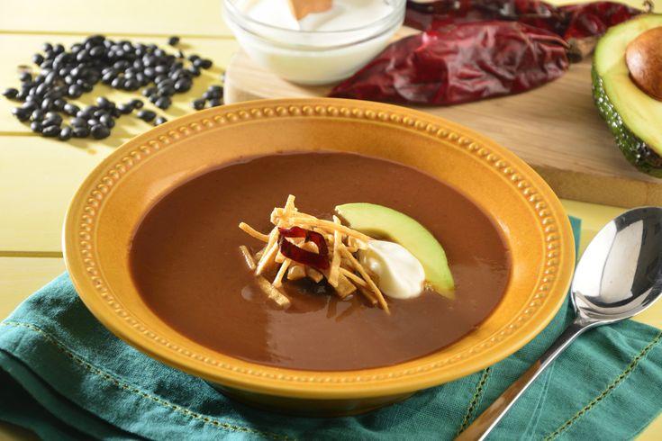La sopa tarasca es un platillo tradicional del estado de Michoacán con su rico sabor a pollo y frijol, además del toque picosito que le da el guajillo; no dudes en prepararla para tu familia.