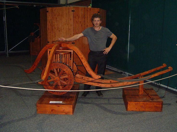 """Il disegno di Leonardo mostra un carro ugualmente trainato da cavalli con falci ruotanti mosse da un ingegnoso meccanismo di trasmissione che, attraverso un albero, comunica con un sistema di """"ruota a pioli-rocchetto a lanterna"""" direttamente collegato al movimento delle ruote del carro.  c. 1485. Inv. n. 15583  Torino, Biblioteca Reale"""