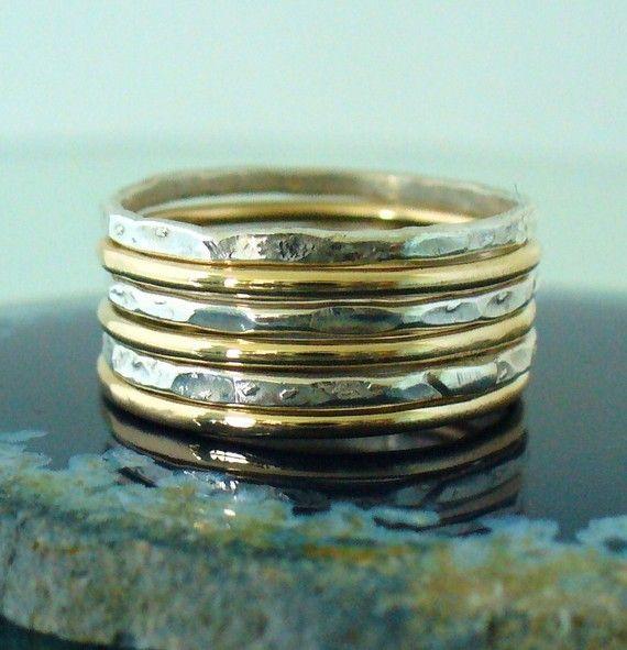 Cet ensemble danneau de gerbage poli or & Hammered Sterling est entièrement fabriqué à la main & se mélange bien avec la plupart des articles dans notre magasin.  • Cette liste est pour un jeu de 6 bandes: 3 bandes de Sterling martelé & 3 bandes doublés dor poli.  • Avec : 16g (1,29 mm) 12 k Gold-filled jaune et argent métallique.  • Lorsquils sont empilés, ils mesurent environ 7 anneaux par demi-pouce.  • Nous faisons 1/2 & 1/4 tailles, il suffit de laisser une note...