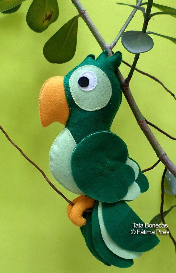 Papagaio em feltro! : )   Flickr - Photo Sharing!