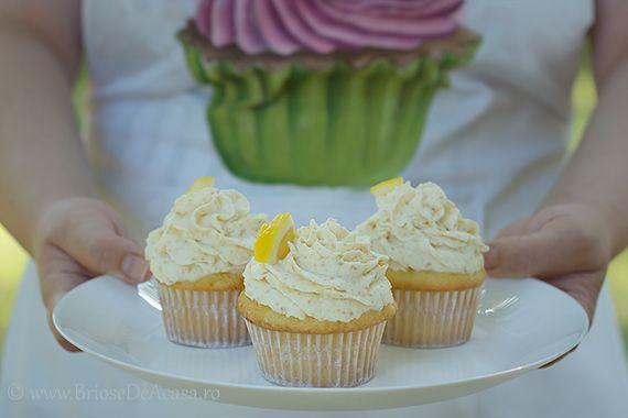 Lemon muffins with cream and creme brulee. / Briose cu lamaie si crema de zahar ars.