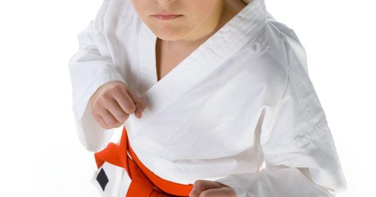 Cómo hacer un uniforme de artes marciales. Las artes marciales de Asia oriental estilo han sido muy populares en occidente desde la década de 1970 y hoy se practican a menudo como un entrenamiento deportivo de atletismo para los jóvenes. Algunas de los más conocidas son el karate, el judo, el kung fu, el aikido y el tae kwon do. El entrenamiento en las artes marciales por lo general ...