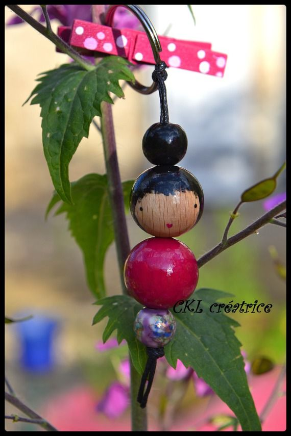 Porte-clés poupée perles bois rose et violette.  Peut aussi être utilisé en …