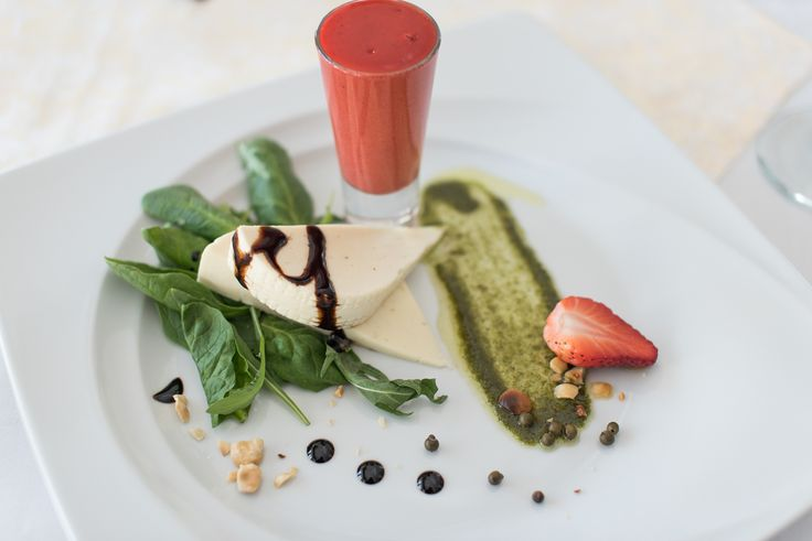 Szef Kuchni poleca: Ser koryciński, pesto miętowo-bazyliowe, mus truskawkowy z zielonym pieprzem The Chef recommends: Cheese Koryciński, mint and basil pesto sauce, strawberry mousse with green pepper