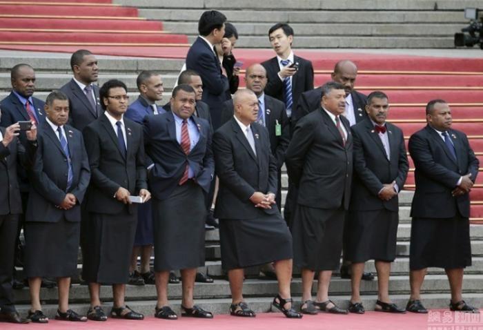 #интересное  Делегация Фиджи в Китае (3 фото)   Премьер-министр, а также члены правительства Фиджи посетили с официальным визитом Китай. Вроде бы, ничего интересного… Вот только участники делегации решили выделиться и надели традиционные юбки и обувь под пидж