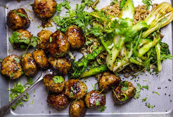Den utrolig smakfulle treenigheten chili, hvitløk og ingefær svikter aldri. Server de saftige, asiatiskinspirerte kyllingbollene med nudler og stekte grønnsaker.