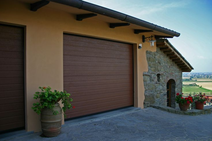 Porta sezionale con pannelli coibentati in acciaio zincato LORENA. http://www.carinisas.it/prodotti/portoni-sezionali/lorena-pannello-verniciato #garage #casa #porte