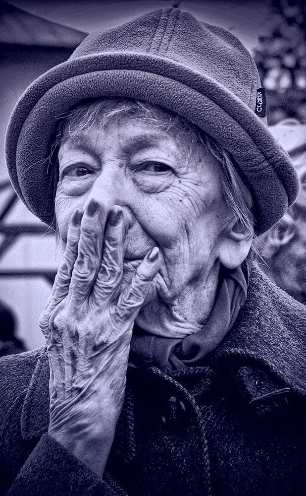 """Una poesia di  Wislawa Szymborska che è una lucida descrizione di una delle componenti peggiori della vita: l'odio. Magistralmente letta da Gianni Caputo! Chissà che conoscendolo si possa infine cancellarlo....  """"Guardate com'è sempre efficiente come si mantiene in forma nel nostro secolo l'odio. Con quanta facilità supera gli ostacoli. Come gli è facile avventarsi, agguantare.[segue]""""  #wislawaszymborska, #giannicaputo, #odio, #sentimenti, #poesiarecitata. #italiano,"""