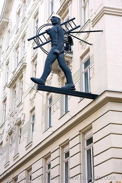 Vienna - shop sign - man with ladder