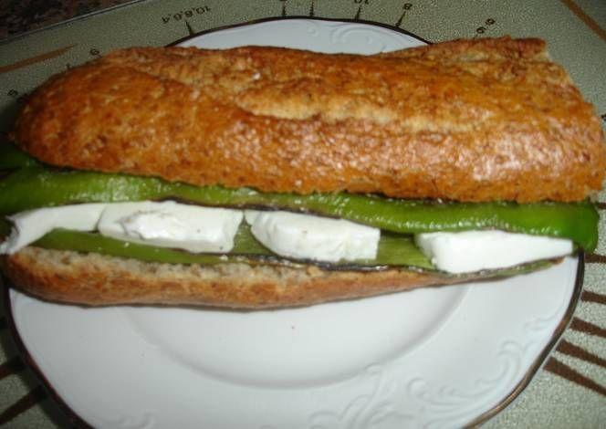 Bocadillo de queso fresco con pimientos asados verdes